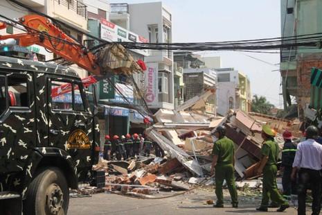 Nhà 3 tầng bất ngờ đổ sập, nghi nhiều người bị vùi lấp - ảnh 7