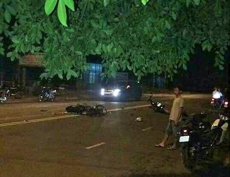Tông xe máy ngã ra đường, 2 người bị xe tải cán tử vong - ảnh 1