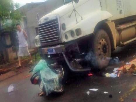 Xe máy chặt vào đầu container, 1 người tử nạn - ảnh 1
