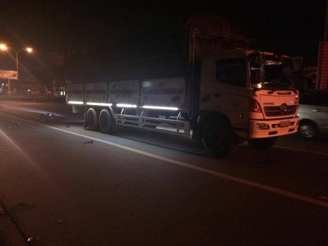 Xe máy tông xe tải đang dừng đèn đỏ, một người bị thương nặng - ảnh 1