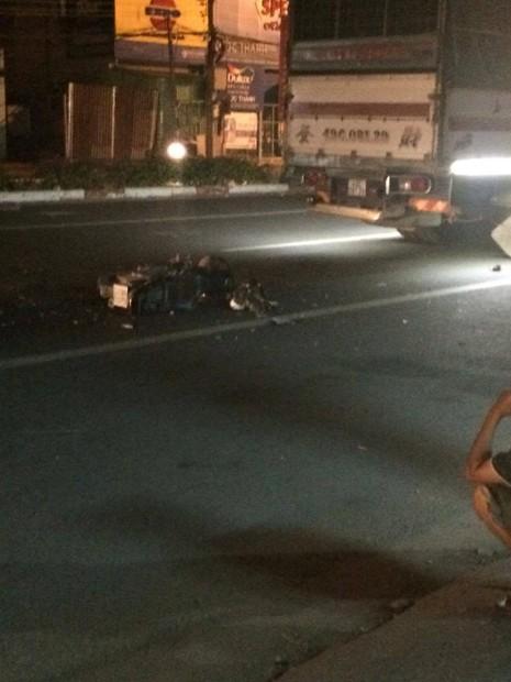 Xe máy tông xe tải đang dừng đèn đỏ, một người bị thương nặng - ảnh 2
