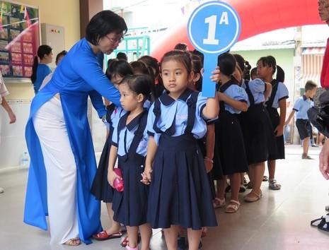 Học sinh lớp 1 trong ngày khai giảng năm học 2015-2016 tại trường tiểu học Bạch Đằng, quận Bình Thạnh