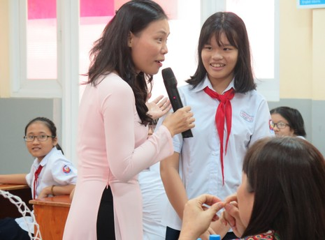 Phụ huynh bất ngờ bị học sinh phỏng vấn trong giờ học - ảnh 4