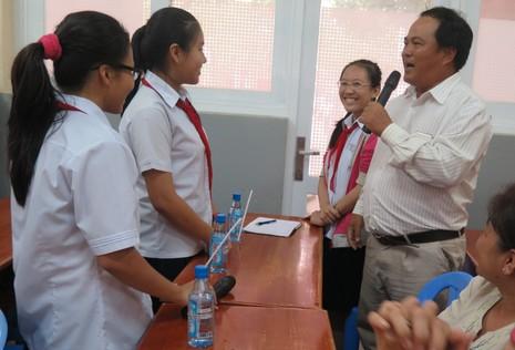 Phụ huynh bất ngờ bị học sinh phỏng vấn trong giờ học - ảnh 2