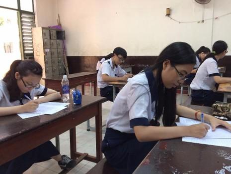 Các em trường THPT Trưng Vương đang làm bài thi thử môn ngữ văn sáng 16-5.