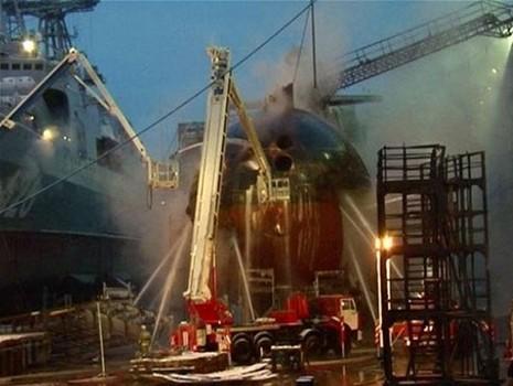 Tàu ngầm hạt nhân của Nga bốc cháy tại xưởng đóng tàu - ảnh 1