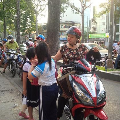 Ngày đầu tiên xử phạt việc đội mũ bảo hiểm với trẻ trên 6 tuổi - ảnh 4