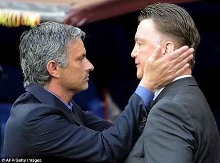 Mourinho lại chơi tâm lí chiến: 'Làm HLV ở M.U dễ hơn ở Chelsea' - ảnh 1