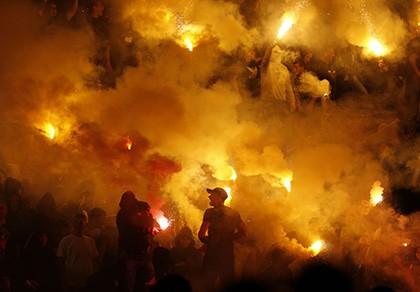 Bạo loạn khủng khiếp trong trận derby thủ đô của Serbia - ảnh 1