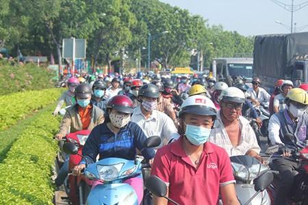 Người Sài Gòn toát mồ hôi đến chỗ làm sau kỳ nghỉ lễ - ảnh 1