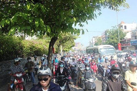 Người Sài Gòn toát mồ hôi đến chỗ làm sau kỳ nghỉ lễ - ảnh 4