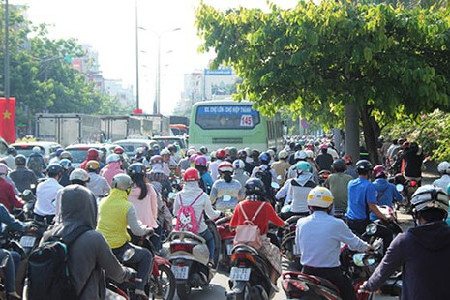 Người Sài Gòn toát mồ hôi đến chỗ làm sau kỳ nghỉ lễ - ảnh 5