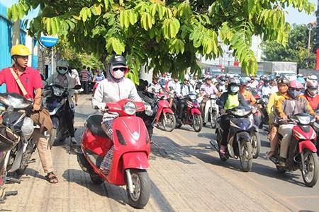 Người Sài Gòn toát mồ hôi đến chỗ làm sau kỳ nghỉ lễ - ảnh 6