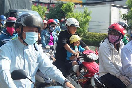 Người Sài Gòn toát mồ hôi đến chỗ làm sau kỳ nghỉ lễ - ảnh 8