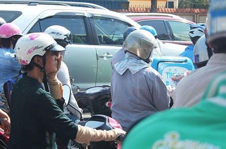 Người Sài Gòn toát mồ hôi đến chỗ làm sau kỳ nghỉ lễ - ảnh 10