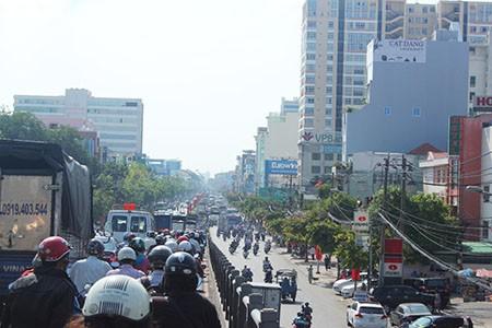 Người Sài Gòn toát mồ hôi đến chỗ làm sau kỳ nghỉ lễ - ảnh 11