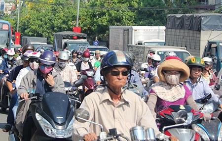 Người Sài Gòn toát mồ hôi đến chỗ làm sau kỳ nghỉ lễ - ảnh 14