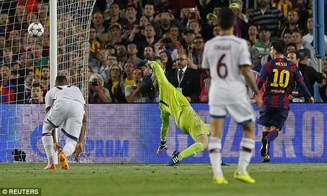 Ảnh chế hài hước pha qua người của Messi khiến Boateng trượt ngã - ảnh 2