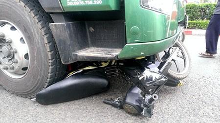 2 nữ sinh bị xe container cán thương vong - ảnh 1