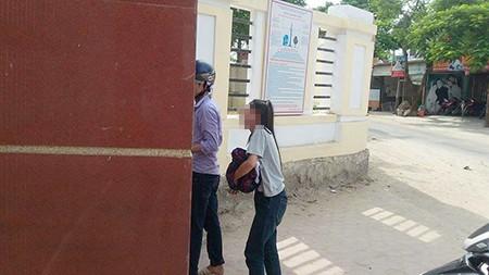Đến thi muộn vì bố qua đời đột ngột, nữ sinh gục khóc trước cổng trường - ảnh 1