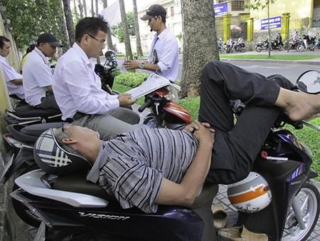 Chùm ảnh người thân vật vạ ngủ ngoài cổng trường thi chờ thí sinh - ảnh 10