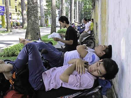 Chùm ảnh người thân vật vạ ngủ ngoài cổng trường thi chờ thí sinh - ảnh 14