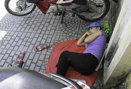 Chùm ảnh người thân vật vạ ngủ ngoài cổng trường thi chờ thí sinh - ảnh 4