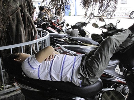 Chùm ảnh người thân vật vạ ngủ ngoài cổng trường thi chờ thí sinh - ảnh 7