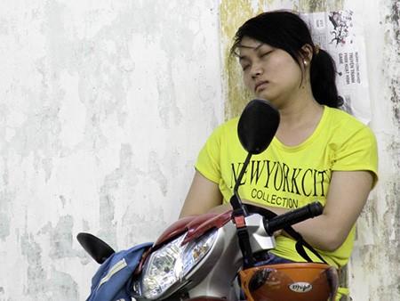 Chùm ảnh người thân vật vạ ngủ ngoài cổng trường thi chờ thí sinh - ảnh 2