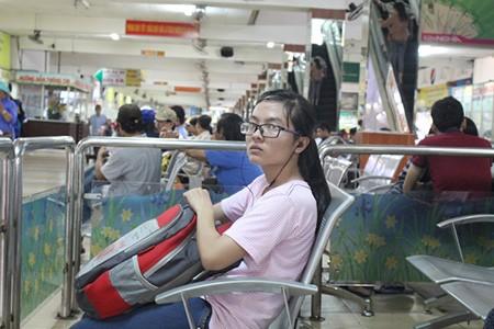 Kết thúc môn thi cuối, phụ huynh và thí sinh lũ lượt rời Sài Gòn trong đêm - ảnh 4