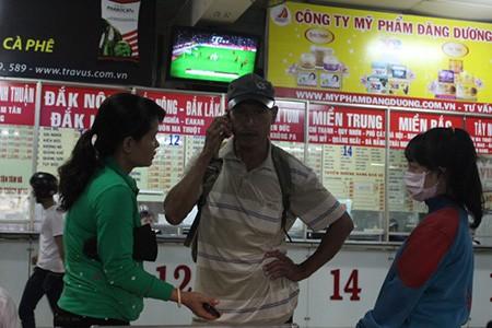 Kết thúc môn thi cuối, phụ huynh và thí sinh lũ lượt rời Sài Gòn trong đêm - ảnh 5