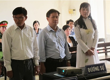Lại hoãn phiên tòa vụ cô giáo kiện hiệu trưởng trù dập - ảnh 1