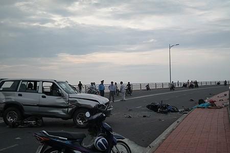 Ô tô tông 2 xe máy, 3 người rơi từ trên cầu xuống đất tử vong - ảnh 1