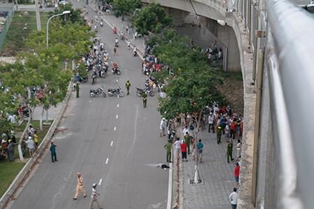 Ô tô tông 2 xe máy, 3 người rơi từ trên cầu xuống đất tử vong - ảnh 2