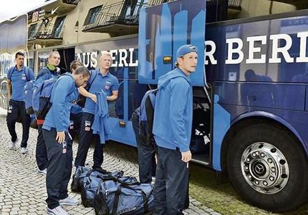 Xe bus đội Hertha Berlin bị người lạ tấn công bằng súng - ảnh 1