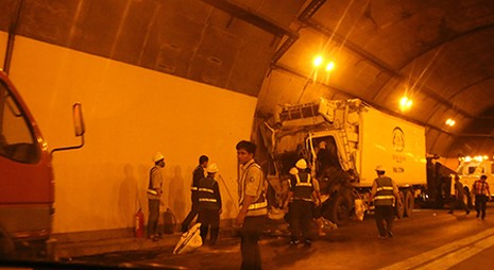Xe tải mất phanh đâm vào thành hầm đường bộ Hải Vân - ảnh 1