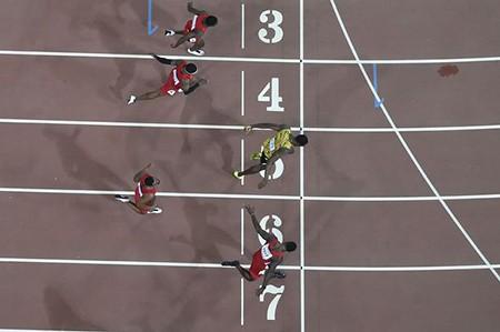 Vượt Gatlin ngoạn mục, 'tia chớp' Bolt vô địch thế giới 100m - ảnh 1