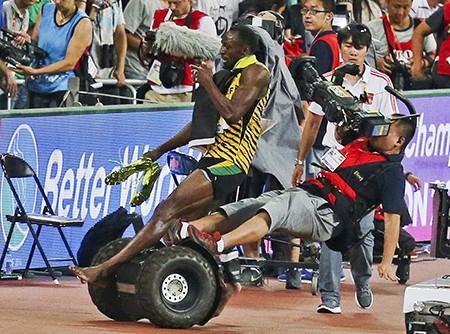 Chỉ có… cameraman mới hạ gục 'tia chớp' Usain Bolt - ảnh 2
