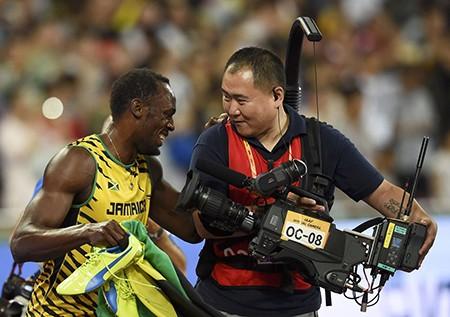 Chỉ có… cameraman mới hạ gục 'tia chớp' Usain Bolt - ảnh 4