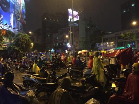 Người dân đội mưa xem tổng duyệt mừng Quốc khánh 2/9 - ảnh 1