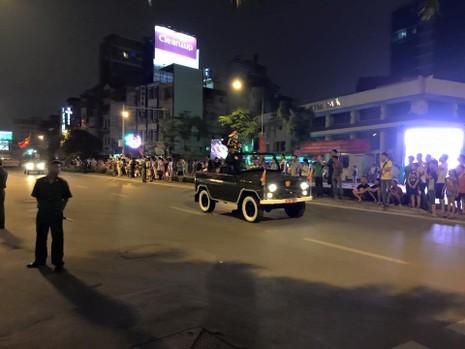 Người dân đội mưa xem tổng duyệt mừng Quốc khánh 2/9 - ảnh 2