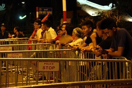 Người dân Thủ đô trắng đêm chờ đón đại lễ 2-9 - ảnh 8