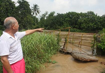 Mưa lớn nước cuốn sập cầu, hàng trăm người dân bị cô lập - ảnh 1