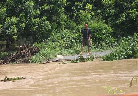 Mưa lớn nước cuốn sập cầu, hàng trăm người dân bị cô lập - ảnh 2