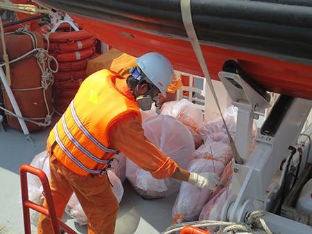 Bàn giao thi thể 11 thuyền viên trong vụ nổ bình gas chìm tàu - ảnh 2