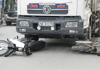 Xe tải cuốn xe máy vào gầm, hai người nguy kịch - ảnh 1