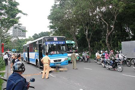 Xe buýt cán chết người, cửa ngõ Tân Sơn Nhất kẹt cứng - ảnh 1