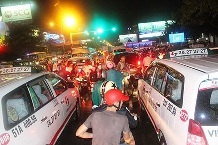 Kẹt xe kinh hoàng ở cửa ngõ sân bay Tân Sơn Nhất - ảnh 10