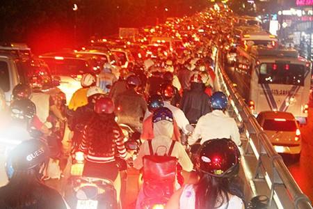 Kẹt xe kinh hoàng ở cửa ngõ sân bay Tân Sơn Nhất - ảnh 13