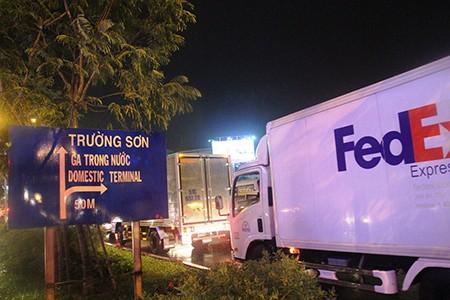 Kẹt xe kinh hoàng ở cửa ngõ sân bay Tân Sơn Nhất - ảnh 1